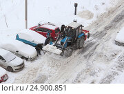 Уборка снега во дворе дома (2017 год). Редакционное фото, фотограф Юлия Франтова / Фотобанк Лори