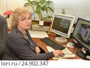 Купить «Деловая женщина средних лет работает за компьютером», эксклюзивное фото № 24902347, снято 18 января 2017 г. (c) Юрий Морозов / Фотобанк Лори