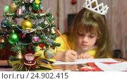 Купить «Девочка рисует за столом новогодний рисунок, фокусировка на елочке перед ней», видеоролик № 24902415, снято 16 января 2017 г. (c) Иванов Алексей / Фотобанк Лори
