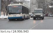Купить «Москва, городской транспорт едет на Измайловском шоссе», эксклюзивный видеоролик № 24906943, снято 19 января 2017 г. (c) ДеН / Фотобанк Лори