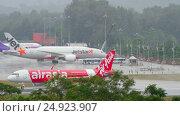 Купить «Airbus 320 accelerate before departure from Phuket airport», видеоролик № 24923907, снято 2 декабря 2016 г. (c) Игорь Жоров / Фотобанк Лори