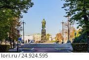Купить «Н.В. Гоголь. Вид на бронзовый памятник со стороны Гоголевского бульвара. Всегда с Москвой», фото № 24924595, снято 21 октября 2015 г. (c) Владимир Устенко / Фотобанк Лори