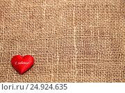 Купить «Красное сердечко на фоне мешковины», фото № 24924635, снято 22 января 2017 г. (c) Наталья Осипова / Фотобанк Лори
