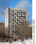 Купить «Четырнадцатиэтажный одноподъездный блочный жилой дом серии И-209, построен в 1970 году. Проезд Шокальского, 57, корпус 2. Район Северное Медведково. Москва», эксклюзивное фото № 24929995, снято 21 января 2017 г. (c) lana1501 / Фотобанк Лори