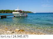 Купить «Небольшой морской белый катер для первозки пассажиров пришвартованный к пирсу. Адриатическое море, Хорватия.», фото № 24945871, снято 24 августа 2016 г. (c) Устенко Владимир Александрович / Фотобанк Лори
