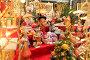 Витрина с рождественскими подарками и сувенирами на Манежной площади в Москве, эксклюзивное фото № 24946571, снято 30 декабря 2016 г. (c) Яна Королёва / Фотобанк Лори