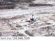 Купить «Буровая установка в Западной Сибири, вид сверху», фото № 24946599, снято 21 октября 2016 г. (c) Владимир Мельников / Фотобанк Лори