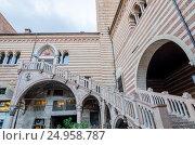 Staircase of reason in courtyard the Palazzo della Ragione, Verona (2015 год). Стоковое фото, фотограф Юрий Дмитриенко / Фотобанк Лори