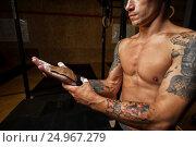 Купить «Male athlete wearing gymnastics grips for pull up», фото № 24967279, снято 7 августа 2016 г. (c) Pavel Biryukov / Фотобанк Лори