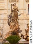 Купить «Фонтан Артемиды в Сиракузах (Сицилия)», фото № 24968575, снято 4 июня 2016 г. (c) Хименков Николай / Фотобанк Лори