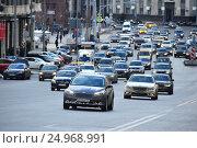Купить «Плотное движение машин на Театральном проезде в Москве», эксклюзивное фото № 24968991, снято 18 января 2017 г. (c) lana1501 / Фотобанк Лори