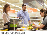 Купить «couple buying food at grocery store cash register», фото № 24978083, снято 21 октября 2016 г. (c) Syda Productions / Фотобанк Лори