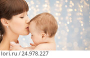 Купить «happy mother kissing adorable baby», фото № 24978227, снято 19 февраля 2011 г. (c) Syda Productions / Фотобанк Лори