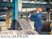 Купить «Рабочий в заводском цеху за работой», фото № 24978579, снято 21 октября 2019 г. (c) Михаил Михин / Фотобанк Лори