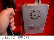 Купить «Человек берет трубку со старого советского таксофона в телефонной будке», фото № 24990575, снято 22 января 2017 г. (c) Николай Винокуров / Фотобанк Лори