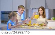 Купить «Parents and daughter in kitchen», видеоролик № 24992115, снято 19 сентября 2019 г. (c) Raev Denis / Фотобанк Лори
