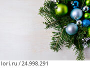 Купить «Christmas table centerpiece with fir branches, blue and green ornaments», фото № 24998291, снято 24 октября 2016 г. (c) TasiPas / Фотобанк Лори