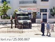 Купить «Военная охрана у здания в центре города Тунис», фото № 25000867, снято 5 мая 2012 г. (c) Кекяляйнен Андрей / Фотобанк Лори