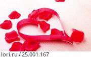 Rose petals falling on the heart. Стоковое видео, видеограф Сергей Семенович Мальков / Фотобанк Лори