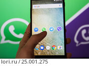 Купить «Приложения на экране смартфона», фото № 25001275, снято 30 января 2017 г. (c) Богданов Степан / Фотобанк Лори