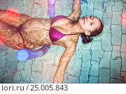 Купить «Pregnant woman floating in the pool», фото № 25005843, снято 25 июня 2019 г. (c) Wavebreak Media / Фотобанк Лори