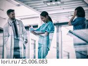 Купить «Doctor discusing with nurses», фото № 25006083, снято 16 июля 2019 г. (c) Wavebreak Media / Фотобанк Лори