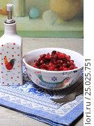 Купить «Винегрет в салатнике и масло», эксклюзивное фото № 25025751, снято 30 января 2017 г. (c) Яна Королёва / Фотобанк Лори