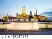Купить «Угловой бастион и шпили Королевского дворца в вечерние сумерки. Бангкок, Таиланд», фото № 25027875, снято 3 января 2017 г. (c) Виктор Карасев / Фотобанк Лори