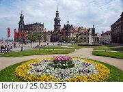 Германия, Дрезден. Вид на католическую придворную церковь (Хофкирхе) и Дрезденский замок-резиденцию (2013 год). Редакционное фото, фотограф Orion34 / Фотобанк Лори
