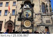 Купить «Прага. Мужчина поправляет стрелки астрономических часов на Староместкой ратуше», эксклюзивное фото № 25036867, снято 26 апреля 2013 г. (c) Яна Королёва / Фотобанк Лори