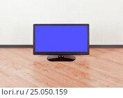 Купить «Телевизор с синим экраном на полу пустой комнаты», фото № 25050159, снято 28 ноября 2016 г. (c) Элина Гаревская / Фотобанк Лори