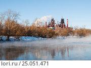 Город Тула.Вид на Косогорский металлургический завод через реку Воронку зимой (2017 год). Стоковое фото, фотограф Игорь Низов / Фотобанк Лори