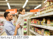 father with child buying food at grocery store, фото № 25057099, снято 21 октября 2016 г. (c) Syda Productions / Фотобанк Лори