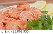 Купить «Shrimp on a white plate with lemon and parsley», видеоролик № 25062935, снято 3 января 2017 г. (c) Дебалюк Александр Владимирович / Фотобанк Лори