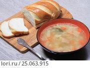 Купить «Тарелка супа и хлеб на столе», эксклюзивное фото № 25063915, снято 2 февраля 2017 г. (c) Яна Королёва / Фотобанк Лори