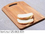 Купить «Хлеб на деревянной доске», эксклюзивное фото № 25063931, снято 2 февраля 2017 г. (c) Яна Королёва / Фотобанк Лори