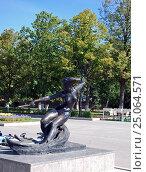 Купить «Скульптура «Водная лыжница» на набережной реки Волги.Самара», фото № 25064571, снято 24 августа 2015 г. (c) Глазков Владимир / Фотобанк Лори