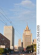 Купить «Смоленская площадь и высотное здание МИД летом», эксклюзивное фото № 25064699, снято 21 июня 2013 г. (c) Ольга Липунова / Фотобанк Лори