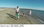 Купить «Girl collect seashells near the seashore», видеоролик № 25065295, снято 15 сентября 2016 г. (c) Дебалюк Александр Владимирович / Фотобанк Лори