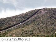 Купить «Международная граница. Забор между США и Мексикой», фото № 25065963, снято 3 апреля 2015 г. (c) Ирина Кожемякина / Фотобанк Лори