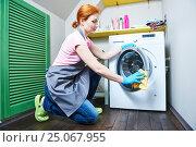 Купить «Cleaning service. woman cleanse washing machine», фото № 25067955, снято 2 февраля 2017 г. (c) Дмитрий Калиновский / Фотобанк Лори