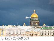 Купить «Легкий частный вертолет Robinson R44 Raven II (бортовой номер RA-06364) летит мимо Исаакиевского собора в Санкт-Петербурге в штормовую погоду», фото № 25069059, снято 20 апреля 2016 г. (c) Сергей Дубров / Фотобанк Лори