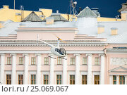 Купить «Многоцелевой коммерческий вертолет Robinson R44 Raven II (бортовой номер RA-06364) летит мимо здания Конституционного суда в Санкт-Петербурге в штормовую погоду», фото № 25069067, снято 20 апреля 2016 г. (c) Сергей Дубров / Фотобанк Лори