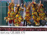 Купить «Девушки из фольклорно-танцевального ансамбля в национальной таджикской одежде выступает на сцене во время празднования Навруза в парке города Худжанд, Республика Таджикистан», фото № 25069171, снято 21 марта 2015 г. (c) Николай Винокуров / Фотобанк Лори