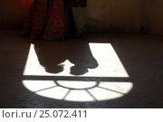 Индия. Удайпур. Тень. Влюбленная пара стоит у окна (2016 год). Стоковое фото, фотограф Алтанова Елена / Фотобанк Лори