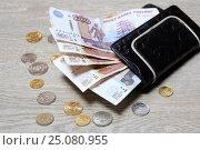 Купить «Восемьсот пятьдесят рублей в кошельке и монеты на деревянном столе», эксклюзивное фото № 25080955, снято 4 февраля 2017 г. (c) Яна Королёва / Фотобанк Лори