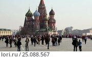 Купить «Peoples walk around the famous Red Square in Moscow, Russia», видеоролик № 25088567, снято 8 февраля 2017 г. (c) Владимир Журавлев / Фотобанк Лори
