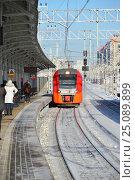 Купить «Поезд «Ласточка» подъезжает к пассажирской платформе станции «Измайлово» Московского центрального кольца (МЦК)», эксклюзивное фото № 25089899, снято 5 февраля 2017 г. (c) lana1501 / Фотобанк Лори