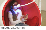 Girl client sitting in chair during whitening. Стоковое видео, видеограф worker / Фотобанк Лори
