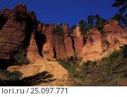 Купить «Ochre cliffs Roussillon Provence France», фото № 25097771, снято 17 августа 2018 г. (c) Nature Picture Library / Фотобанк Лори